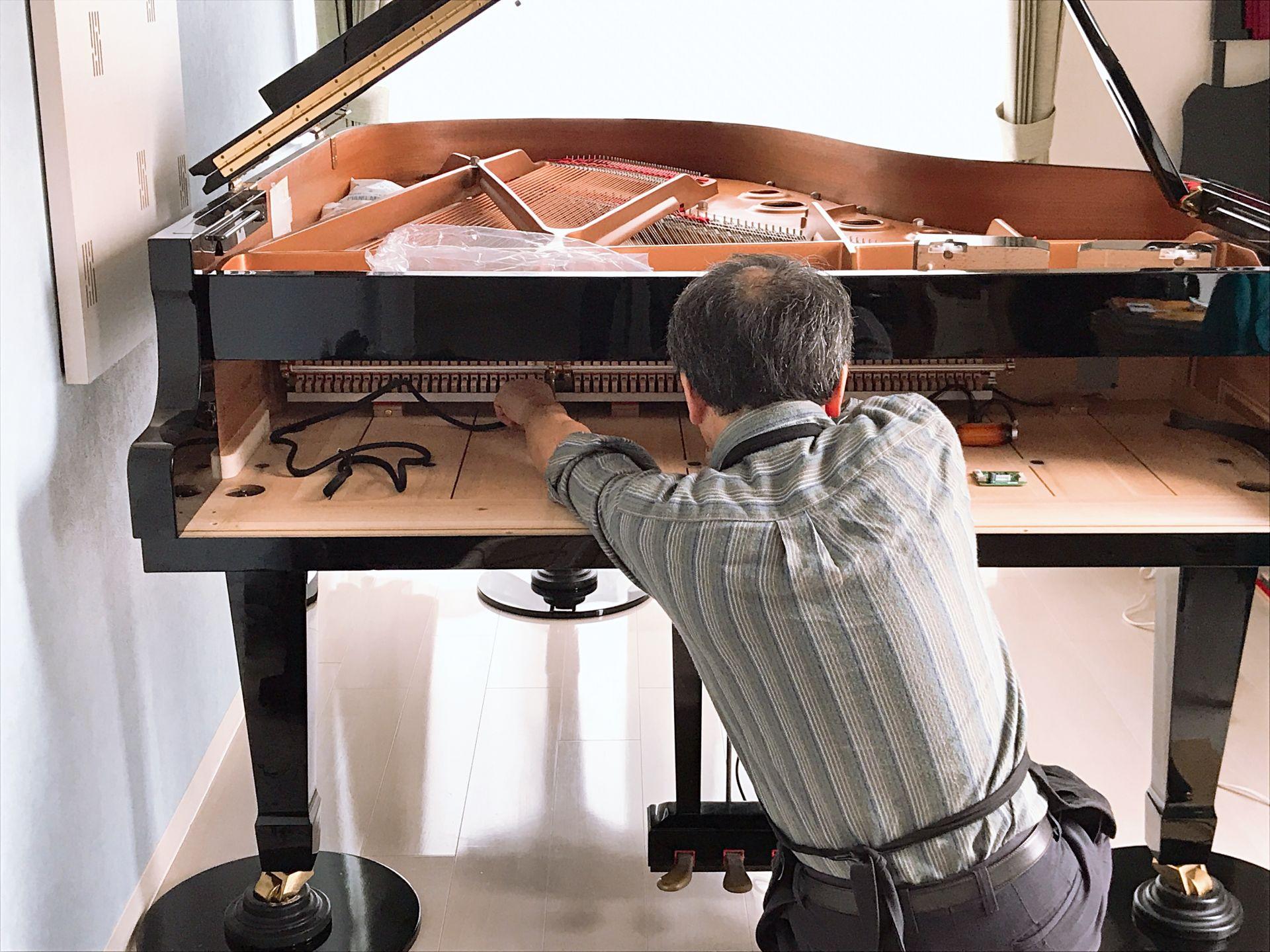 鍵盤を外して、ピアノ内部に配線をしていきます。