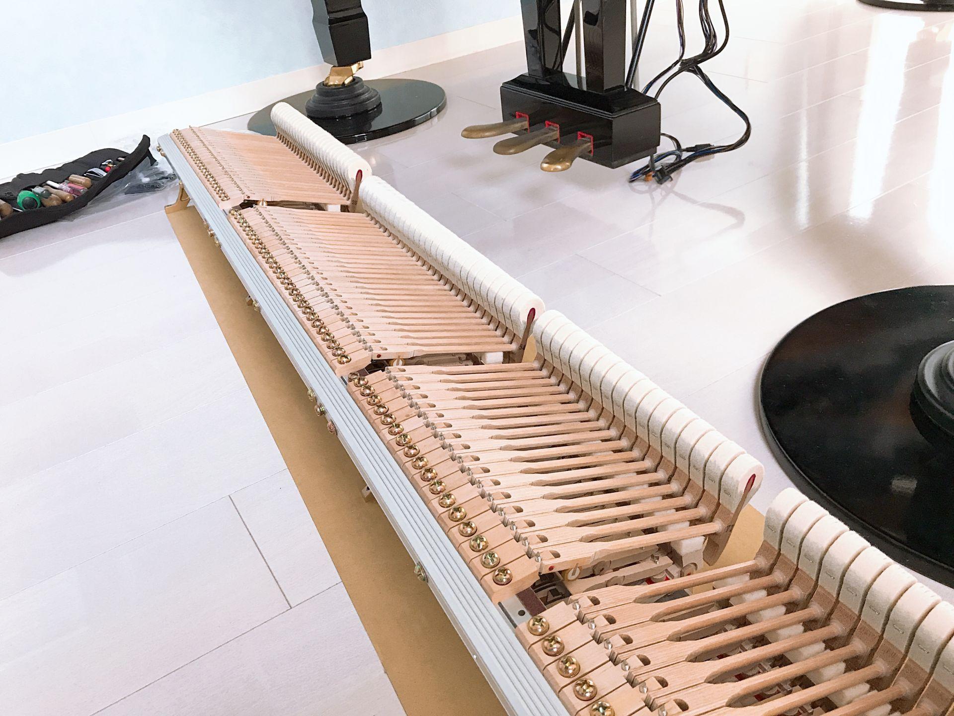 鍵盤の並びが均一になるように丁寧に調整していきます。